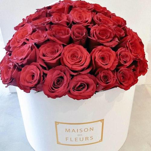 Купить на заказ Заказать Красные розы в коробке Maison с доставкой по Усть-Каменогорску с доставкой в Усть-Каменогорске
