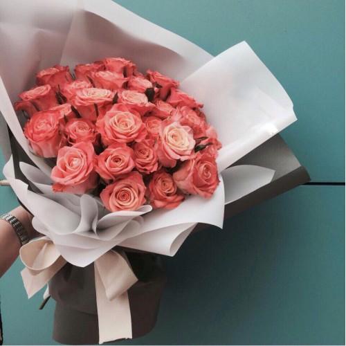 Купить на заказ Заказать Букет из 31 коралловой розы с доставкой по Усть-Каменогорску с доставкой в Усть-Каменогорске
