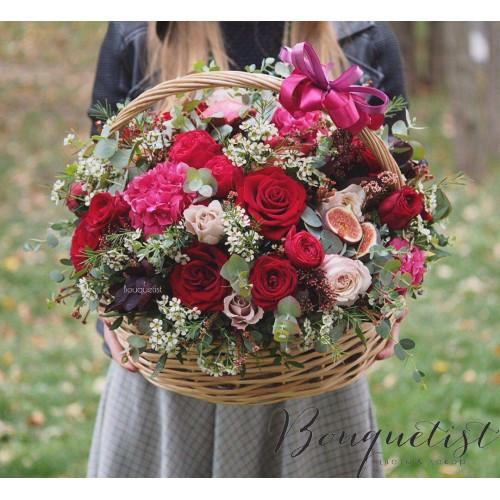 Купить на заказ Шикарная корзина из гортений и роз с доставкой в Усть-Каменогорске